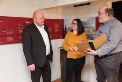 Büchnerhausleiter Peter Brunner (rechts) mit Landtagsabgeordneter Nina Eisenhardt und Bürgermeister Marcus Kretschmann